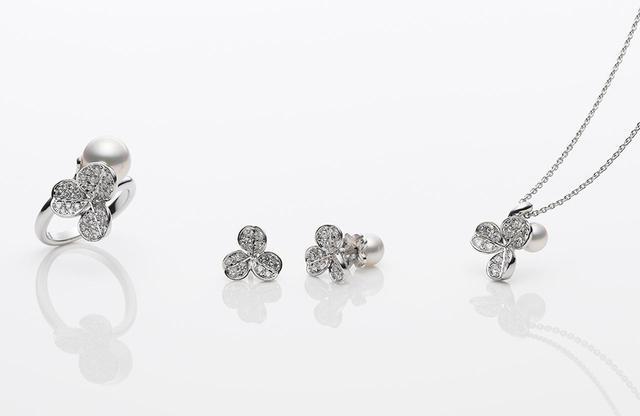 画像: 今回のスイーツのインスピレーション源のひとつ、やわらかな光を放つMIKIMOTOの「フォーチューン リーブス コレクション」。ピアスは、キャッチの部分がパールというスタイリッシュなデザイン。 リング¥518,000<アコヤ真珠 × ダイヤモンド × K18WG>、ピアス¥330,000<アコヤ真珠 × ダイヤモンド × K18WG>、ペンダント¥284,000<アコヤ真珠 × ダイヤモンド × K18WG> 期間中、アフタヌーンティーを楽しんだあと、引き換えチケット持参でMIKIMOTO銀座4丁目店を訪れるとプレゼントがもらえます(※数量限定。プレゼントの内容は選べません)
