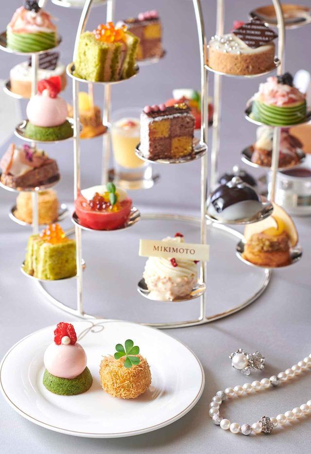 """画像: 「""""ペルル ロゼ""""ライチと薔薇のムース」(手前左)、「マンゴープリン ココナッツ タピオカ パールソース」など真珠を見つける楽しみもいっぱい。スコーンはプレーンとセミドライ アプリコット入りの二種。紅茶もバラエティに富んでいる PHOTOGRAPHS: COURTESY OF THE PENINSULA TOKYO"""