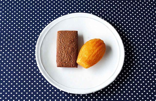 画像: (左より)「フィナンシェ ショコラ」、「マドレーヌ オランジェ」各¥292(税込) 食べる直前にオーブンでほんの少し温めるのがエヴァンの食べ方。表面はカリッ、中はふわふわ。手で割ると、よりバターの香味が立ちのぼるのだそう ジャン=ポール・エヴァン 伊勢丹新宿本店 TEL.03(3352)1111(代表) www.jph-japon.co.jp