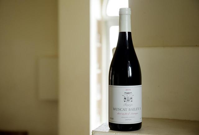 """画像: 豊かな自然に恵まれた山梨県北杜市明野町の「ドメーヌ・デ・テンゲイジ」。最小限の農薬や肥料を使用しながら自然がもつ力を最大限に生かす「サステイナブル農法」で、""""ほんまもん""""の上質なワインを目指す。日本固有種のマスカット・ベーリーAらしい個性を保ちつつ、甘すぎない香り、熟成感のあるなめらかなワイン マスカット・ベーリーA 2016 アメリカンオーク樽熟成 <750ml>¥4,500 tengeijis.com"""