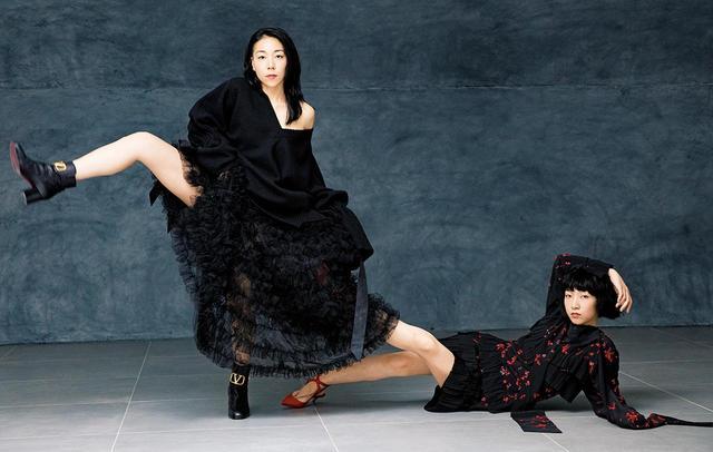 画像: (左)ニット¥356,000、スカート¥730,000(ともにヴァレンティノ)、 ブーツ¥154,000(ヴァレンティノ ガラヴァーニ) (右)ドレス¥1,100,000 <参考価格>(ヴァレンティノ) 、 靴 ¥116,000(ヴァレンティノ ガラヴァーニ) ヴァレンティノ インフォメーションデスク TEL. 03(6384)3512