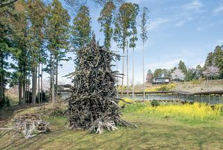 蔡の《炎の塔》が置かれた美術館の中庭