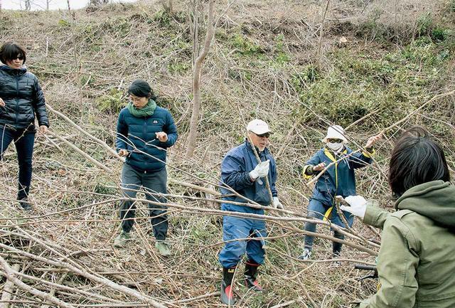 画像: 2011年から夏を除き月に一度のペースで植樹会が開かれ、今までに約4000本の桜が植樹された。植樹は一人1本まで。広大な山林が必要となるため、約60人の地主が無償で協力している。山林を切り拓く作業や草刈りなど、植樹以外の山仕事は一年じゅう絶えることがない