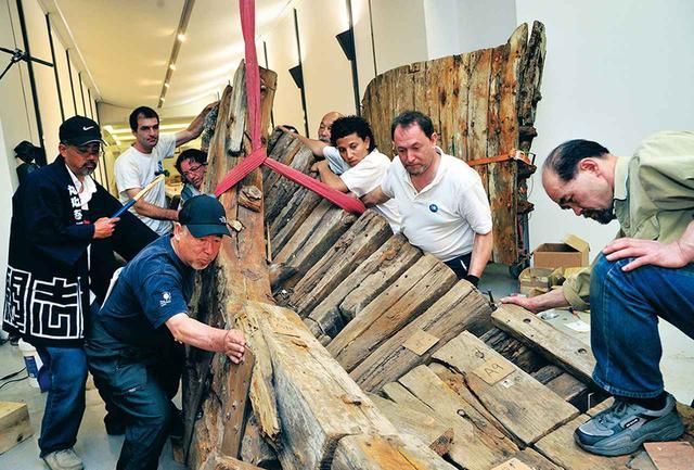 画像: 蔡のリクエストで掘り出された二艘目の廃船は、《いわきからの贈り物》という作品に生まれ変わり、志賀とその仲間は、この船とともに世界の美術館を巡った PHOTOGRAPH BY KAZUO ONO