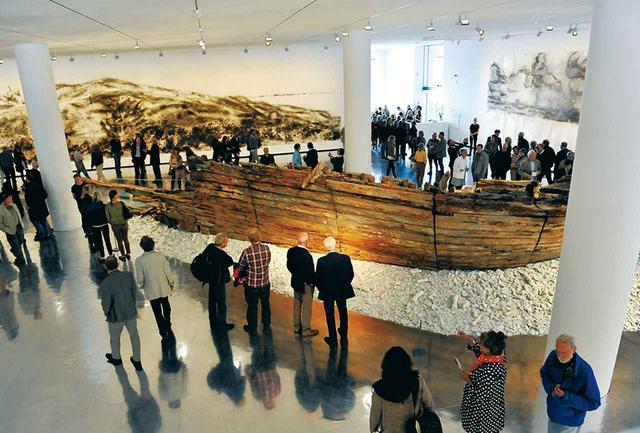 画像: デンマーク・コペンハーゲンで展示された《いわきからの贈り物》(2012年)。蔡の描いた火薬画に囲まれて。(川内有緒『空をゆく巨人』/集英社より) PHOTOGRAPH BY KAZUO ONO