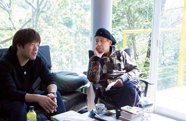 画像: 平野啓一郎(左)と 横尾忠則(右)。 平野はこのアトリエにもしばしば訪れている