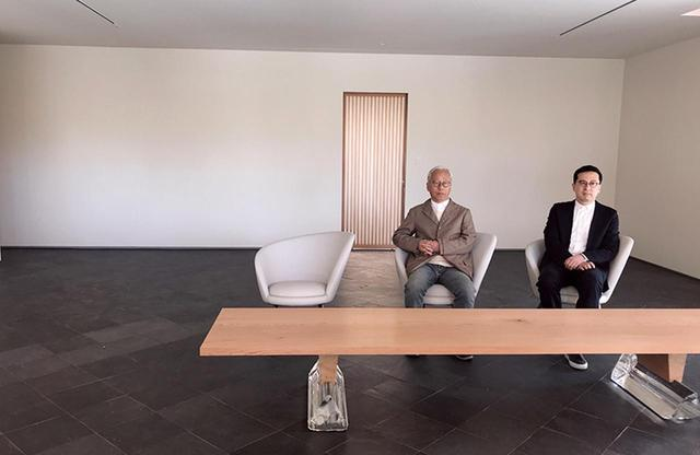 画像: ギャラリーに座る杉本博司(左)と榊田倫之(右) PHOTOGRAPH BY FUMIKO YAMAKI