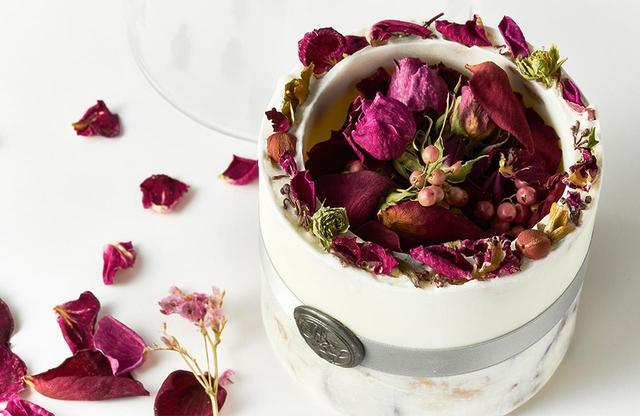 画像: ガラスドームのほか、ドライにした花びらに香りをつけたサシェ、多治見市の工房で1枚1枚焼き上げられた陶器のキャンドルトレイ(記念日とイニシャル入り)も添えられて、ボタニカルな絵柄が美しいオリジナルのギフトボックスに入って届けられる