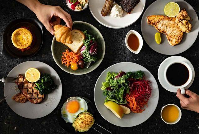 画像: できたてのメイン料理に、セミブッフェスタイルの朝食。ランチには、特製窯を使用したフラットブレッドピザや鮮魚のブイヤベース、特製の窯焼きハンバーグなど楽しいメニューが並ぶ。ディナーはコースもアラカルトもあり PHOTOGRAPHS: COURTESY OF THE ROYAL PARK CANVAS - GINZA 8