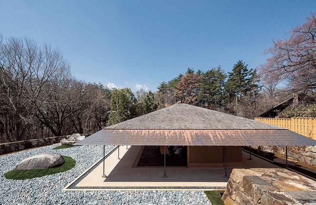 画像: 経年変化が楽しめる銅板と板葺きの屋根。地元の職人とともに造られた © HIROSHI SUGIMOTO / COURTESY OF N.M.R.L.