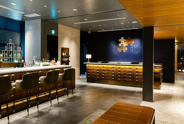 画像: 1階にはボトルショップを兼ねたティーサロンが。奥に見えるクラシカルなキャビネット(収納棚)がレセプションのカウンター
