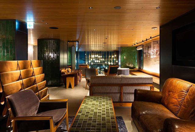 画像: アートな作品に囲まれた2階のキャンバスラウンジ。静かに読書や休憩に使ったり、イベントが行われる集いの場にもなる開放的なスペースだ