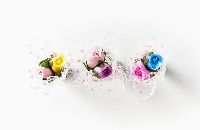 画像: 新郎新婦のように寄り添うバラがなんともキュート