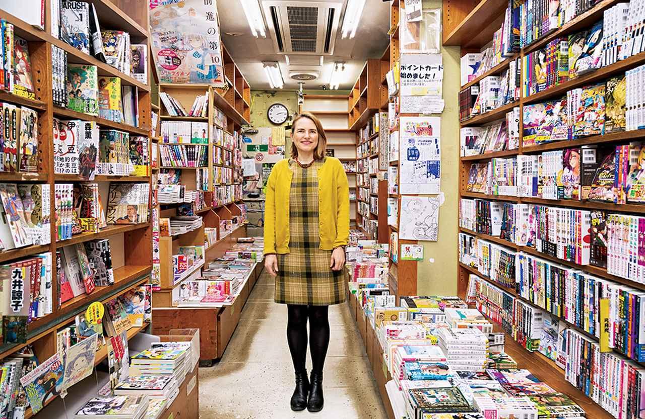 画像: ニコル・クーリッジ・ルマニエール 大英博物館アジア部IFACハンダ日本美術キュレーター。セインズベリー日本藝術研究所研究担当所長も務める。写真は去る3月31日に閉店した東京・神保町のコミック高岡にて。彼女が東京在住のときに行きつけだったマンガ専門書店で、本展の会場内に店舗が再現されている