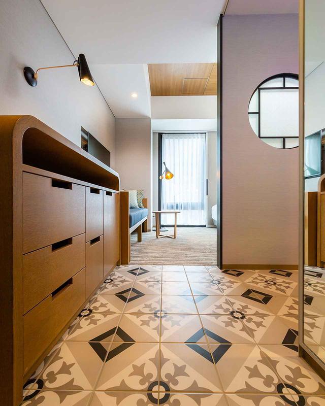 画像: 「ギンザモダン」「クリエイターズ・ルーム」という2種類のコンセプトルーム(写真は「ギンザモダン」)。1932年築の銀座に残る高級アパートをイメージしてデザインされた客室