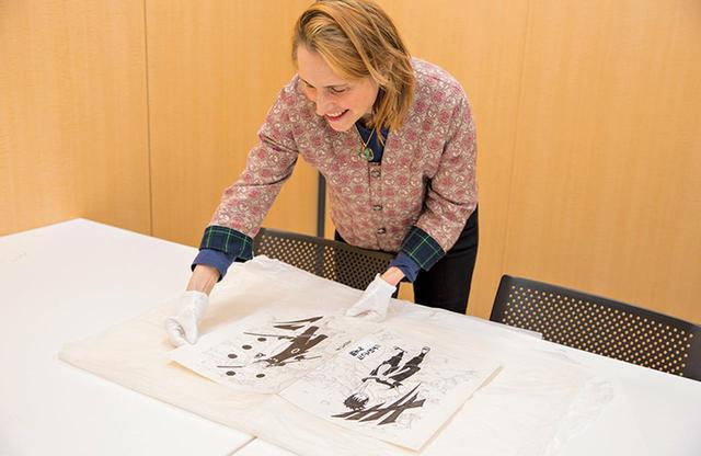 画像: 展示のため岸本斉史の『NARUTO-ナルト-』/集英社 の原画を受け取る。 「原画は後世に残すべきマンガ文化の財産。展覧会ではその保存方法を紹介するコーナーも設けました」 PHOTOGRAPH BY HARUKA SAITO