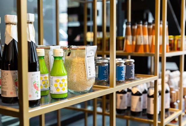 画像: 日本各地の厳選されたセレクションが並ぶボトルショップ。調味料からジュースまでさまざまなボトル製品が揃う