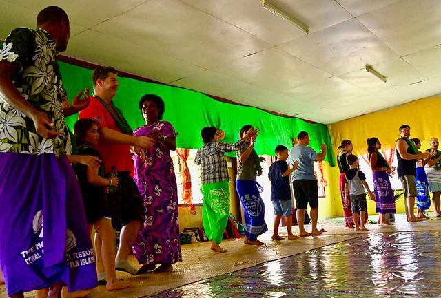 画像: 村での歓待の最後は踊りの渦で締めくくられた