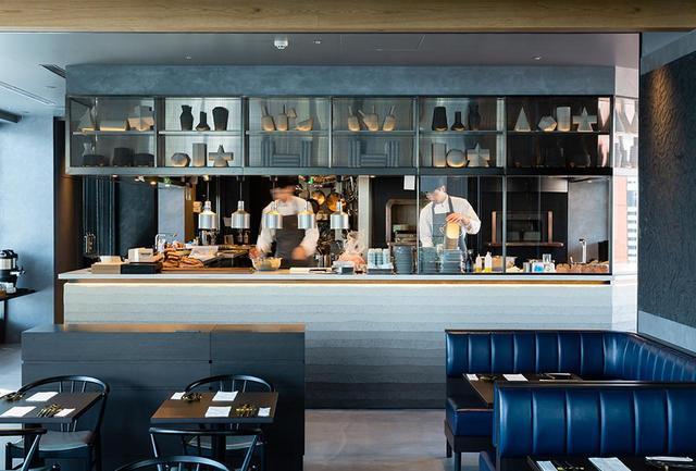 画像: 14階に位置するオープンキッチンのレストラン「OPUS(オーパス)」。おもなメニューは、日本各地から取り寄せた魚介や野菜を特製窯で仕上げるモダンシーフードグリル