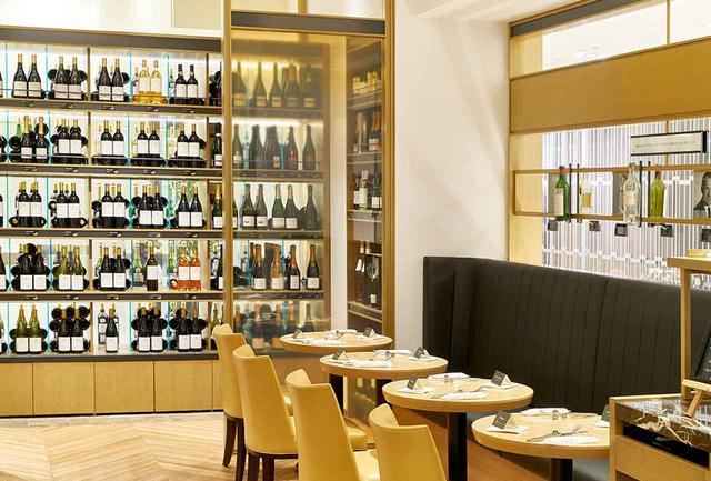 画像: 「レ・カーヴ・ド・タイユヴァン東京」の店内。銘醸ワインだけでなく、リーズナブルなワインも多く、その温度管理はパーフェクト。奥にはテーブル席やカウンターがあり、ここで気軽に料理やワインを楽しむことができる