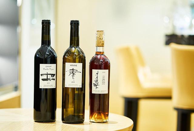 画像: 現在は、スイスでワインの監修も行なう。写真はいずれも「レ・カーヴ・ド・タイユヴァン東京」で購入可能 (左から) 「ガメイ V,V,2015」<750ml> ¥12,000 ガメイ100%。チェリーやタイムなどの香り。凝縮感のある果実味となめらかなタンニンか印象的 「クリストフ・アベ アルヴィン 2015」<750ml> ¥15,000 品種はプティ・タルヴィーヌ100%。花や柑橘のアロマティックな香り、軽快な飲み口 「アルシミー 2003」<750ml> ¥70,000 プティ・タルヴィンとマルサンヌをブレンド。ドライフルーツやトフィー、カラメルの香りが心地よく、余韻も長い