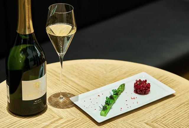 画像: 店内ではワインや軽食を楽しむことも可能。この日のシャンパーニュは「コレクション タイユヴァン ブリュット/ドゥーツ」¥1,300<70ml>、¥1,700<100ml>、「アミューズ」¥1,200。内容は時期によって変わる