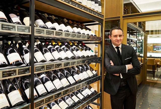 画像: アントワーヌ・ペトリュス( Antoine Pétrus) フランス・パリ生まれ。ワイン好きの祖父母と食に関心が高い両親のもとで育ち、幼少時より食に興味をもつ。2001年、ノルマンディーの「ホテル・ロワイヤル」でソムリエとしてスタート。「ポール・ボキューズ」などで活躍したのちに、2018年「タイユヴァン」総支配人に就任。2011年「フランス国家最優秀職人章(MOF)」を27歳の若さで受章