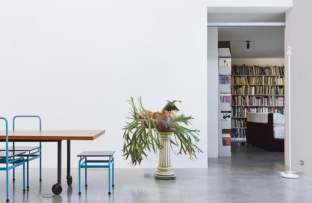 画像: ダイニングスペース。ジョセフ・ダルソにつくってもらったテーブルと、モダン主義のオランダ人建築家J.J.P.アウトがデザインした椅子