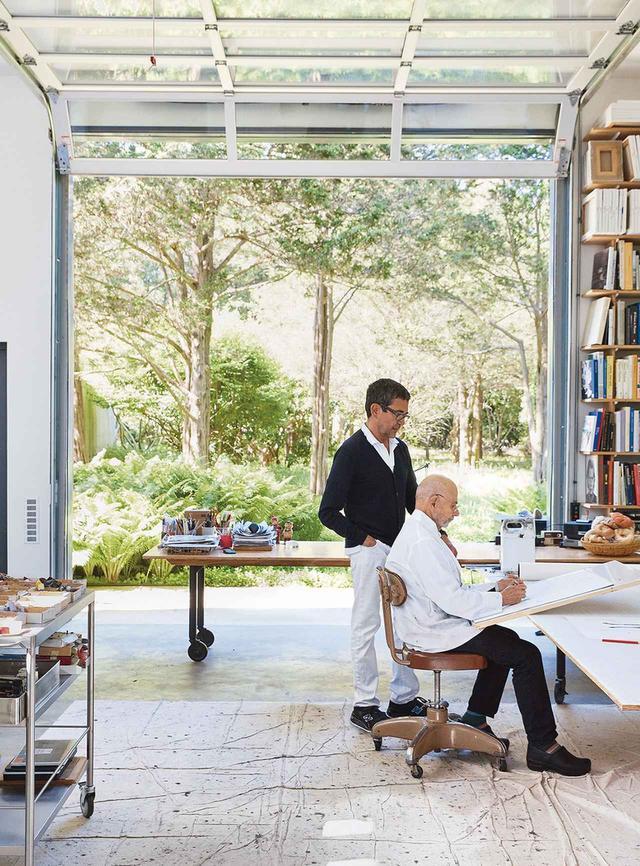 画像: アーティストのジャック・セグリック(右)と、彼のパートナーで建築家のマヌエル・フェルナンデス=カステレイロ。イーストハンプトンの自宅裏にあるアトリエで