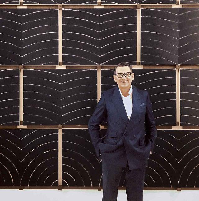 """画像: 「ここはマックスマーラの創設者、アキーレ・マラモッティによる私設ミュージアム、『コレツィオーネ・マラモッティ』。私が仕事を始めた頃は、ここが本社でした。毎日このリッチモンド・バートンの《Thought Plane Assembly 1 》(1990-'91)を見ていたので、この作品は私の人生の一部になっています」 PORTRAIT BY ANDERS CHRISTIAN MADSEN, ARTWORK BY RICHMOND BURTON, """"THOUGHT PLANE ASSEMBLY 1,"""" 1990-91, OIL ON CANVAS AND WOOD © THE ARTIST, COURTESY OF COLLEZIONE MARAMOTTI, REGGIO EMILIA"""
