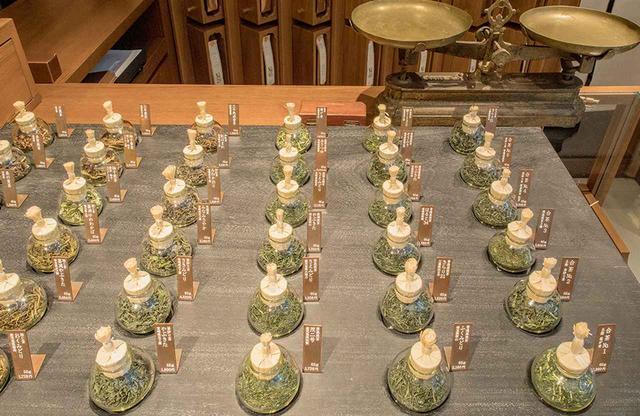 画像: 「HIGASHIYA man 丸の内」では「茶方會(さぼえ)」による産地や品種の異なる約50種類の茶葉が揃う。奥の茶房ではこれらのお茶の新しい味わい方を提案してくれる