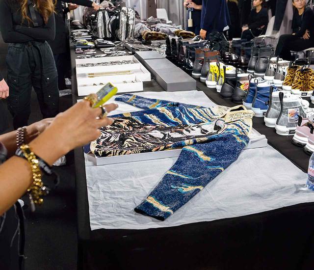 画像: レイモンド・ペティボンのドローイングを精緻な手刺しゅうで再現したシャツは、卓越したクチュールの技術と素材の結晶だ
