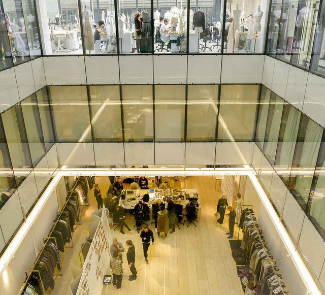 画像: パリのディオール社。下階ではショー用のフィッティングやコーディネイトが行われ、上階のアトリエでは職人たちが制作にいそしんでいる