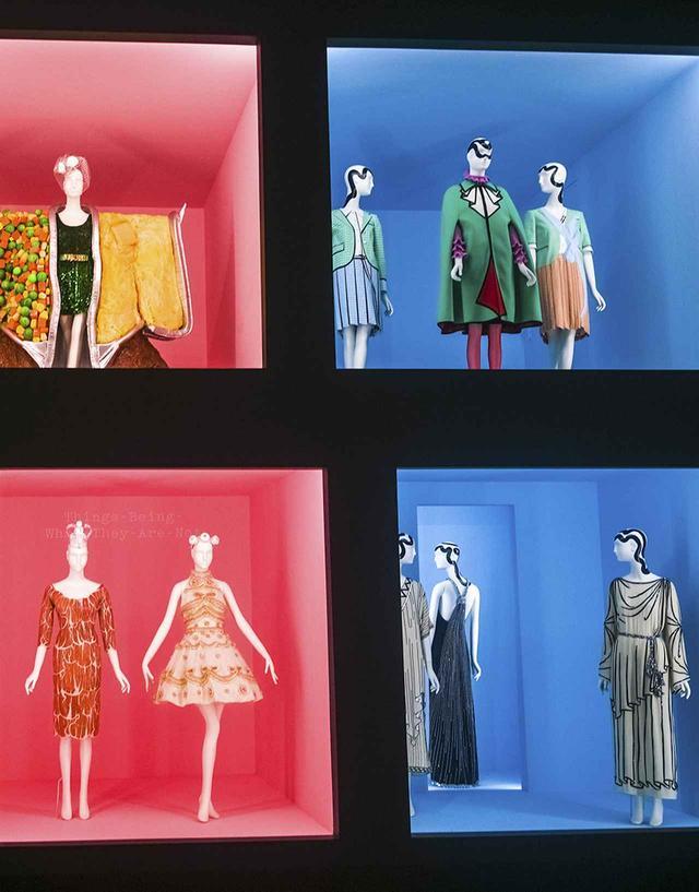 画像: (左上から時計回りに) ジェレミー・スコットによるモスキーノの「TVディナー」ウェア、アレッサンドロ・ミケーレによるグッチの緑と赤のウェア(中央)とトム ブラウンのドレス(左・右)、ミケーレによるグッチのドレス(右)と1980年代前半のカール・ラガーフェルドによるクロエのドレス(中央、左)、1990年代後半のクリスチャン・ラクロワのドレス(右)と2011年のスコットによるラテックス製の「生ハム」ドレス