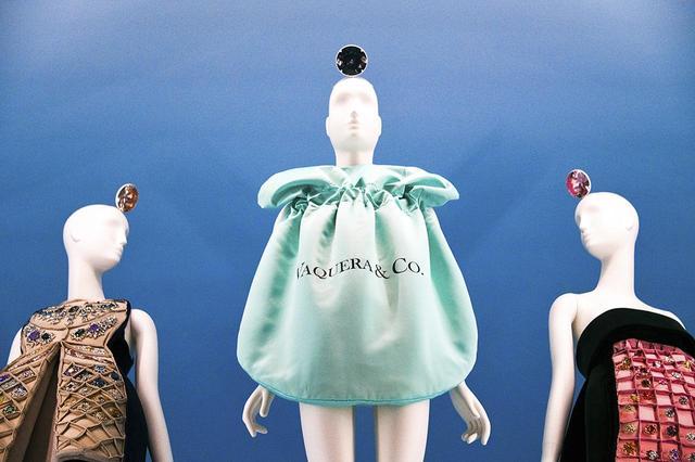 画像: ティファニー社のジュエリーポーチを模したヴァケラの服(中央)と、メアリ・カトランズの「ハリー・ドレス」(左)、「ウィンストン・ドレス」(右)