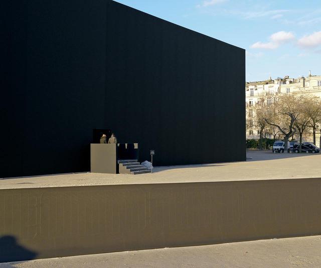 画像: パリ7区、シャン・ド・マルス公園前に建てられた、スタジアム級サイズのブラックボックスがショー会場に