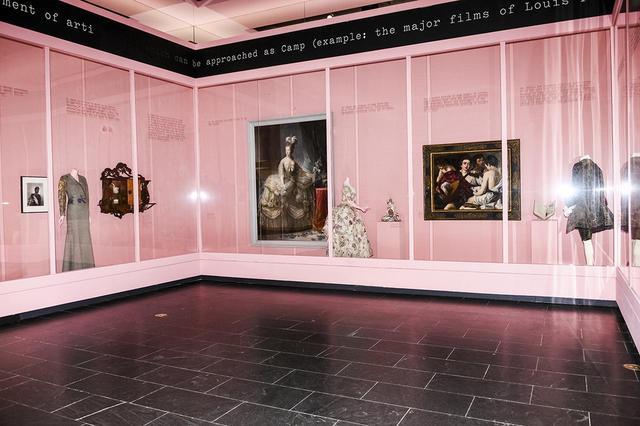 画像: ソンタグのキャンプを掘り下げた展示室。メットの収蔵品から選ばれた美術品や工芸品が展示されている