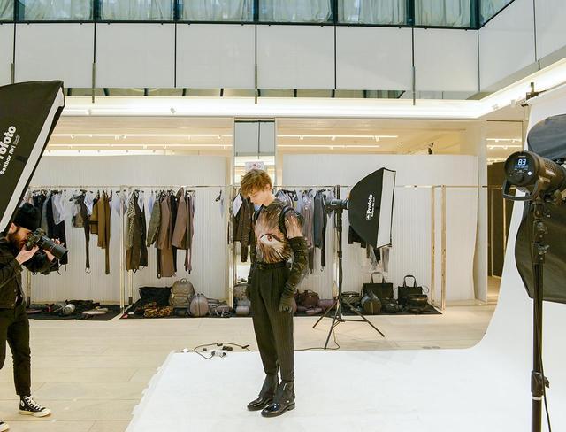 画像: レイモンド・ペティボンとのコラボレーションピースを着たモデル。「ウィンター 2019-'20 コレクション」を目前に、プレスやバイヤー向けの写真を撮影