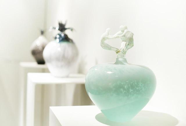 画像: 今年1月にポーラミュージアム アネックスで開催した個展「時の花」に出品したオブジェも展示されている。手前から「雪と3人」「花と根」「夕暮れの鳥」