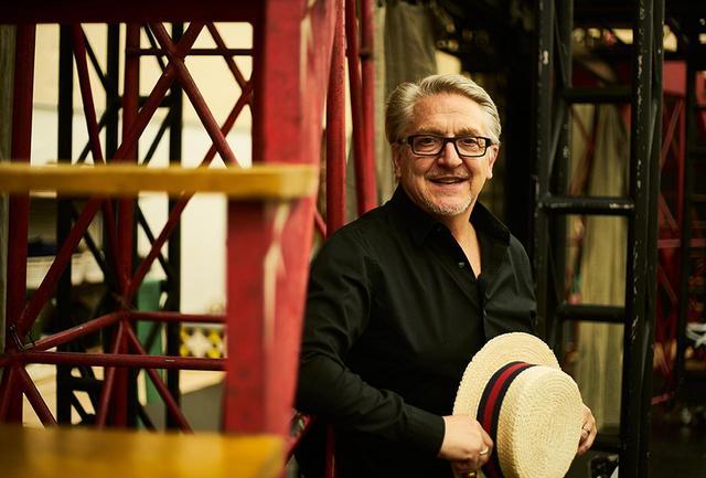 画像: チェット・ウォーカー(CHET WALKER) 演出家・振付家。ダンサーとして16歳の時からブロードウェイの舞台に出演。20歳の時にボブ・フォッシー振付・演出『ピピン』初演に出演し、以後『ダンシン』『スィート・チャリティー』リバイバル版などフォッシーの作品でダンス・キャプテンやアシスタントとして活躍。1999年フォッシー作品の名場面で綴る『フォッシー』では構成・振付等で中心的役割を担いトニー賞最優秀ミュージカル作品賞を受賞。2012年ブロードウェイ初演のこの『ピピン』リバイバル版では振付を担当しながら、フォッシーのレガシーを伝授。そのほか多数のプロジェクトを抱えつつ、ダンサーの育成にも積極的に取り組んでいる