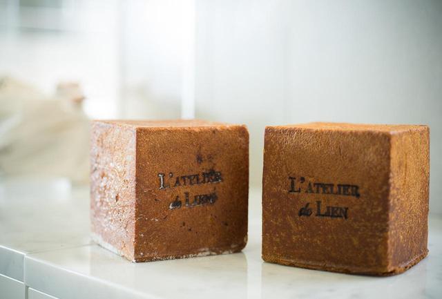 画像: 小さめサイズのブリオッシュ。プレーン¥450(右)はコーヒーと合わせて朝食に、砂糖でコーティングしたブリオッシュ・シュクル¥¥480(左)は紅茶と合わせておやつにも