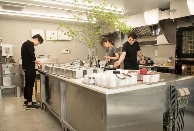 画像: 店の奥、大部分を占める大きなカウンターキッチンが目を引く「ラトゥリエ・ドゥ・リアン」の厨房。店内にはいつもブリオッシュやパウンドケーキを焼くいい匂いが立ち込める