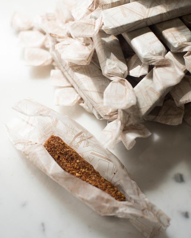 画像: リアン名物の「フォアグラアイススティック」1本¥320。カリカリと香ばしいくるみ&アーモンドのキャラメリゼの中には、ひんやり濃厚なフォアグラムースが。5本入り¥1,800、10本入り¥3,500(いずれも箱代込み)もあり。冷凍品で日持ちがするため贈答品にも喜ばれるそう