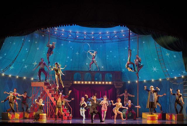 画像: サーカス小屋を舞台にした今回の『ピピン』。アクロバットはブロードウェイ公演に出演していたパフォーマーたち © GEKKO