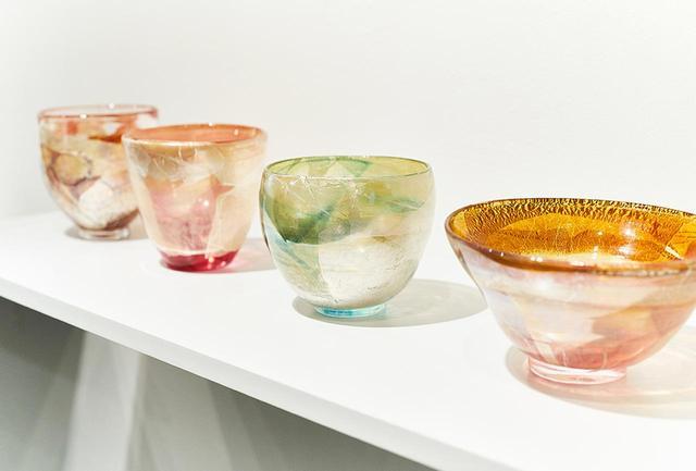画像: いずれも色ガラスに銀箔を施した「Wheel of Fortune」シリーズの茶碗。お茶が入ると色ガラスに新たなレイヤーが加わり、陶器の茶碗とは異なる楽しみも