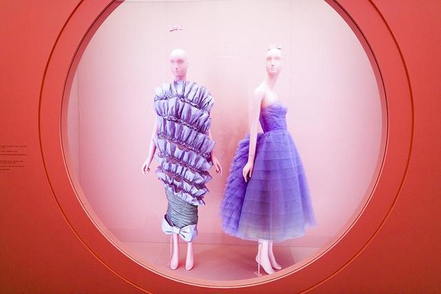 画像: 『キャンプ』展の「できそこないの真面目さ」セクションより (左から) ヴィクター&ロルフの上下逆さまドレス(2006年)、アントニオ・カノバス・デル・カスティーリョによるランバンのナイロンチュールドレス(1956年)