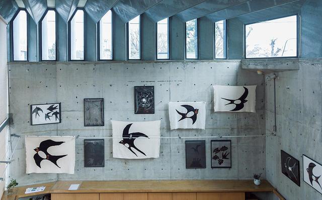 画像: 2015年、ギャラリーTOMで開催した《燕のうた》の展示風景。染色と版画で構成された © GALLERY TOM