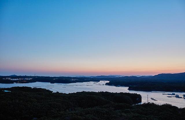 画像: 志摩観光ホテル「ザ ベイスイート」の屋上庭園から眺める、夕暮れどきの英虞湾