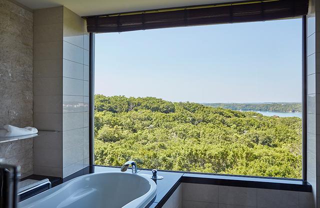 画像: 森や海を眺めながら入浴できる夢のようなビューバス