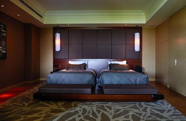 画像: 広めのベッドルーム。一段高いステージベッドには、あらゆる世代のゲストに快適な眠りを提供する気遣いが